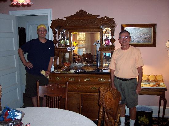 Saltwood House: Asst. Innkeeper Eric and owner Don serve breakfast