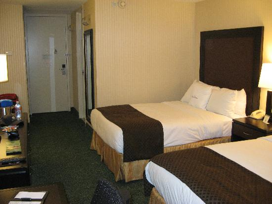 Doubletree Hotel Chicago / Alsip: Another view of room with double beds