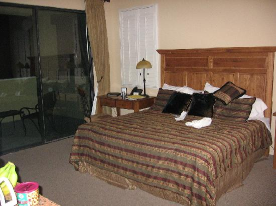 Wyndham Green Valley Canoa Ranch Resort: Bed and desk