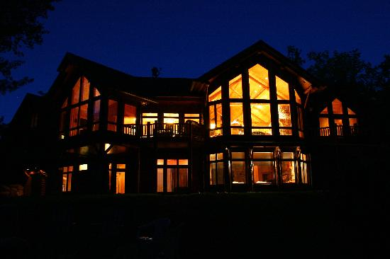 Blackwater Lodge: Back view of the cabin at night