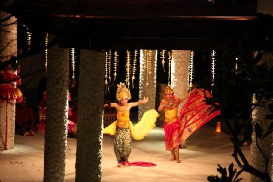 Holiday Inn Resort Baruna Bali: Performers at the theme dinner