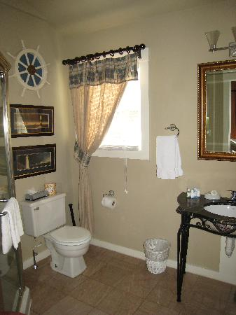 Lambert's Cove Inn: The bathroom