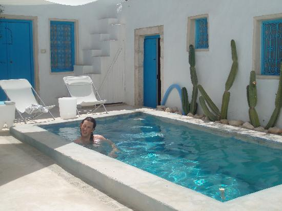 Erriadh, Tunisia: Relaxing by the pool