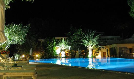 Danai Beach Resort: Pool bei Nacht
