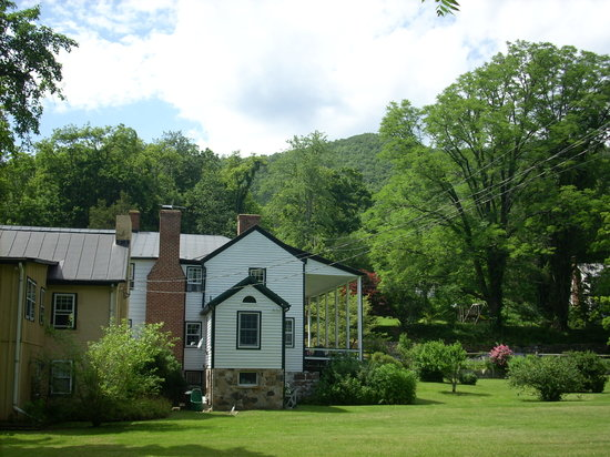 The Anderson Cottage Bed and Breakfast: Nicely landscaped