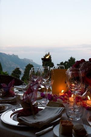 Villa Cimbrone Hotel: One of the tables -rather nice!