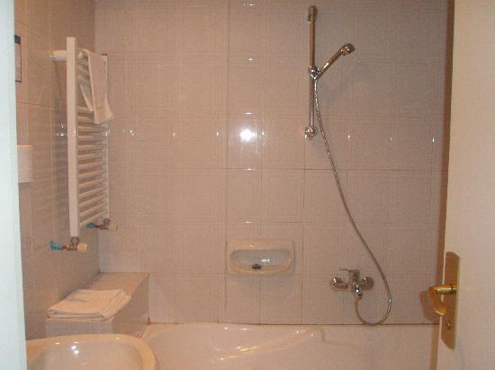 Montecarlo Hotel: bath/shower (very good shower)