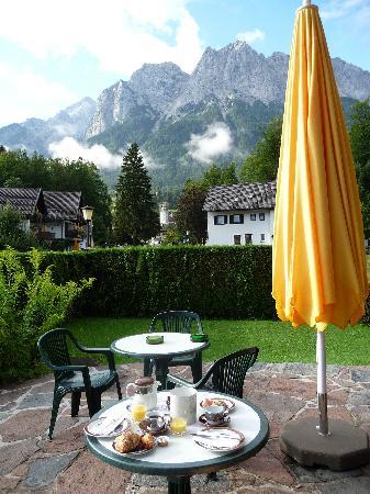 Hotel Garni Wetterstein: Breakfast with a View