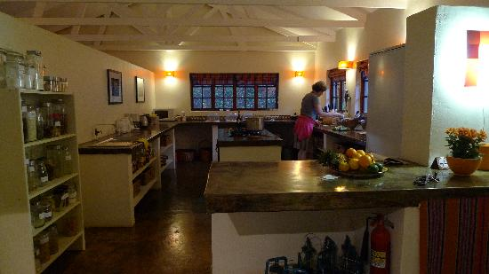 Madi a Thavha Mountain Lodge: Our hostess in the kitchen