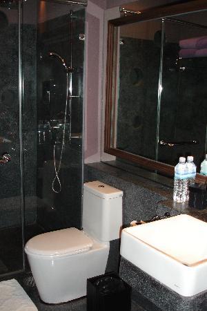U Chiang Mai: Modern Bathroom