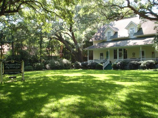 Magnolia Springs Bed & Breakfast : A Southern Beauty