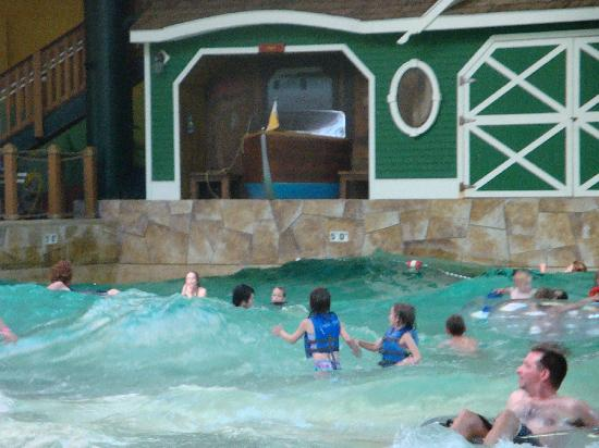 the wave pool picture of great wolf lodge wisconsin. Black Bedroom Furniture Sets. Home Design Ideas