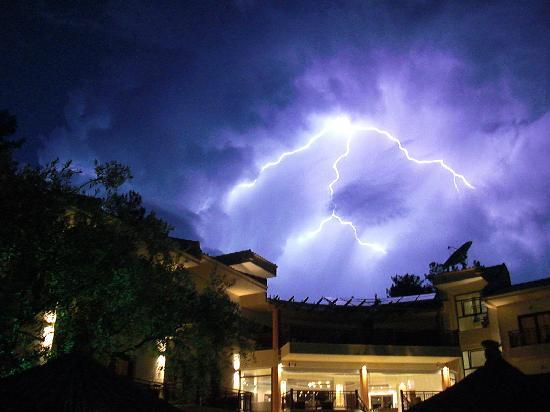 Four Seasons Hotel: Four Season thunderstorm
