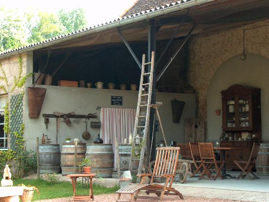 Le Petit Clos: The little 'bistro' near the pool where we enjoyed our apertifs