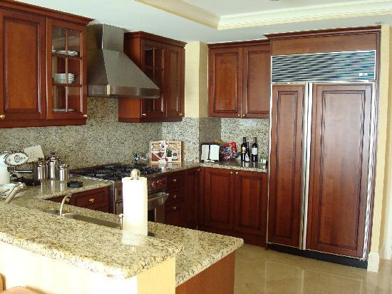 Acqualina Resort & Spa on the Beach : kitchen 2