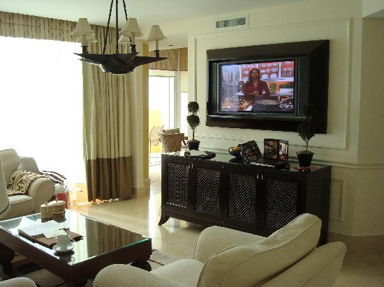 Acqualina Resort & Spa on the Beach: living room 2