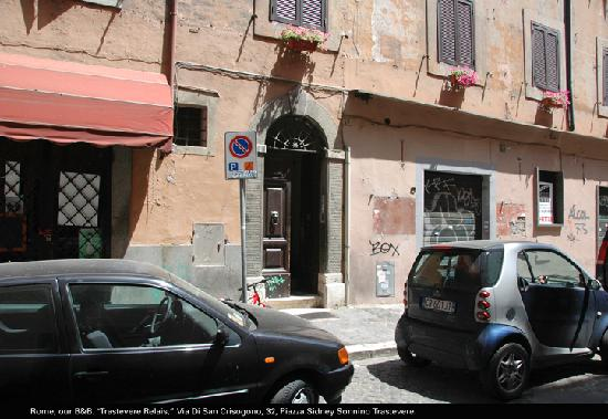 Trastevere Relais: Front door to building where Relais Trastevere is located