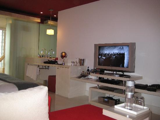 W Mexico City: Flat screen TV (showing Metropolis)
