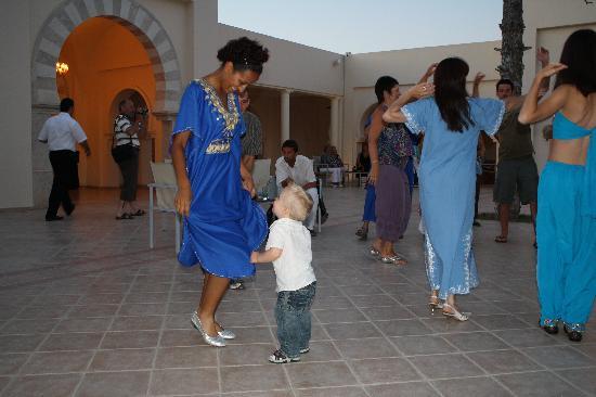 Seabel Alhambra Beach Golf & Spa: drnière photo : mon fils qui s'éclate à l'apéro dansant de la soirée tunisienne
