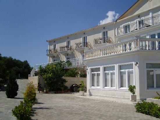 Trapezaki Bay Hotel: Front of the Hotel