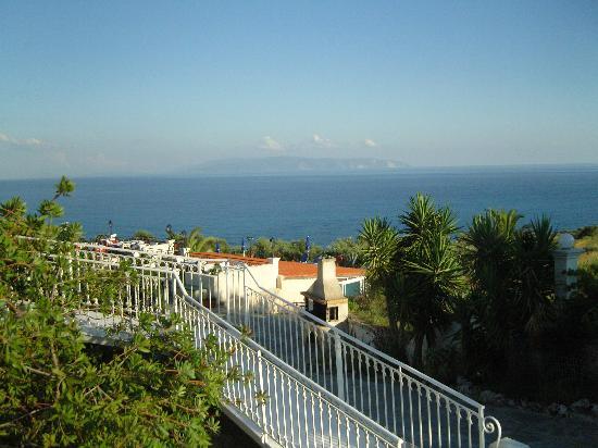 Trapezaki Bay Hotel: View across to Kakynthos