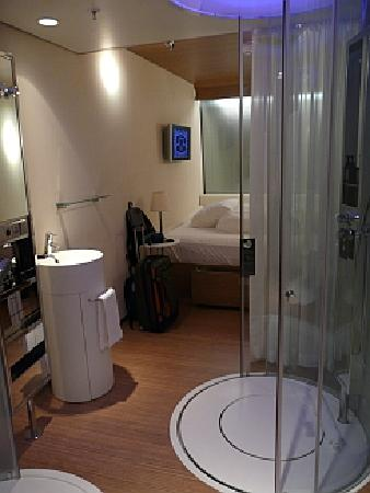 citizenM Schiphol Airport: Compact and stylish room, like those of spacecraft