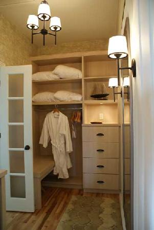 Manoir Hovey: closet of the montcalm suite at the hovey manor