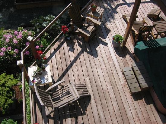 Alaska's Capital Inn Bed and Breakfast: back deck with hot tub