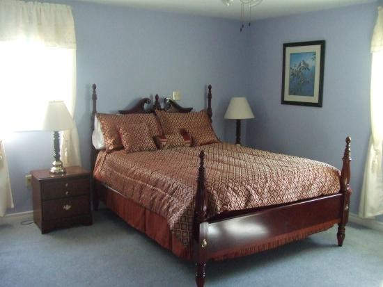MacDonald's of Maple Hill B&B: Four poster bed.