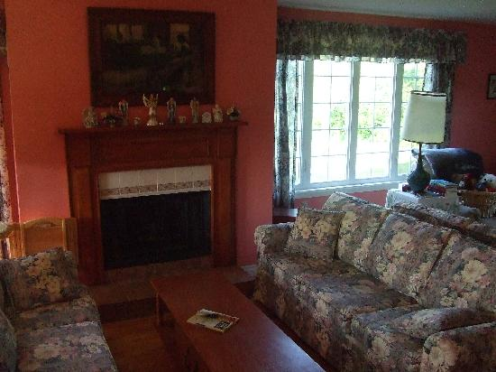 MacDonald's of Maple Hill B&B: Living room.
