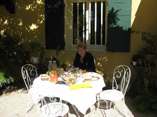 La Destrousse, Frankreich: Petit déj sur la terrasse