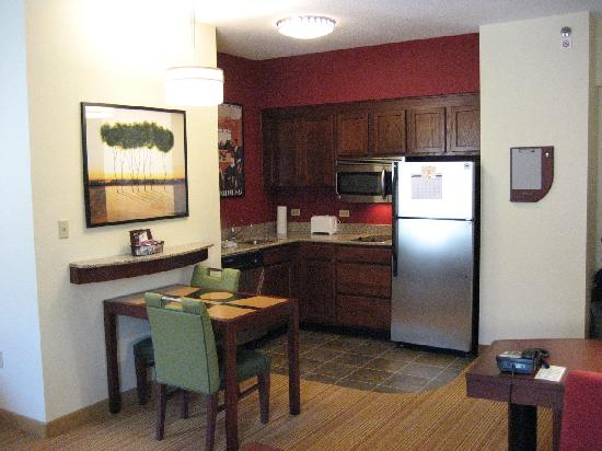 Residence Inn Chattanooga Downtown: Kitchen has dishwasher, cooktop, microwave, fridge, granite countertops