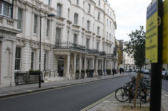 Umi London: Entrance to the building with the deluxe suites