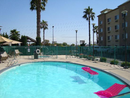 Holiday Inn Express Bakersfield: The Pool