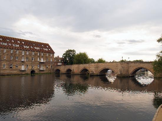 The bridge over the Great Ouse, connecting Huntingdon and Godmanchester