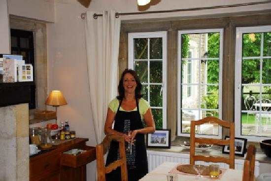 Priory Cottage Bed & Breakfast: Jackie (owner) serving delicious breakfast!