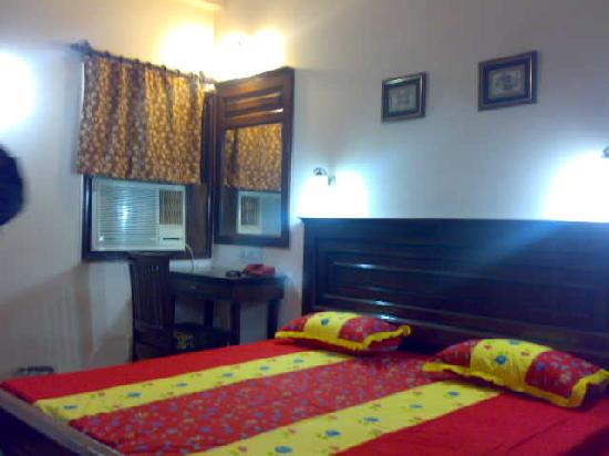 Hotel Jeraths Villa: Beds, A/C, Dressing table in all rooms