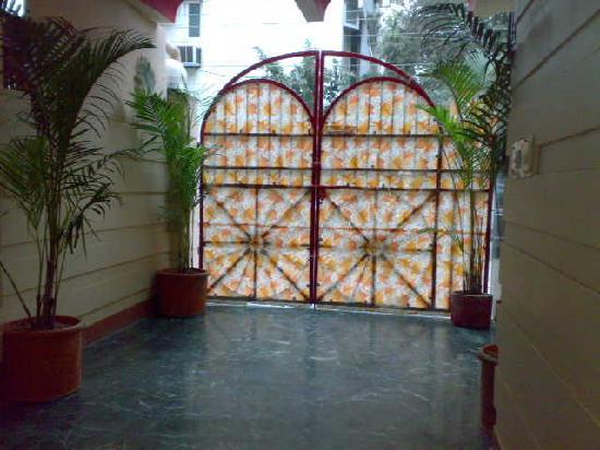 Hotel Jeraths Villa: Main enterance with greenery