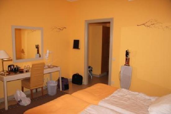 Hogbo Brukshotell : Very yellow