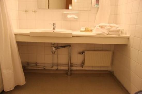 Hogbo Brukshotell : The hospital-like bathroom
