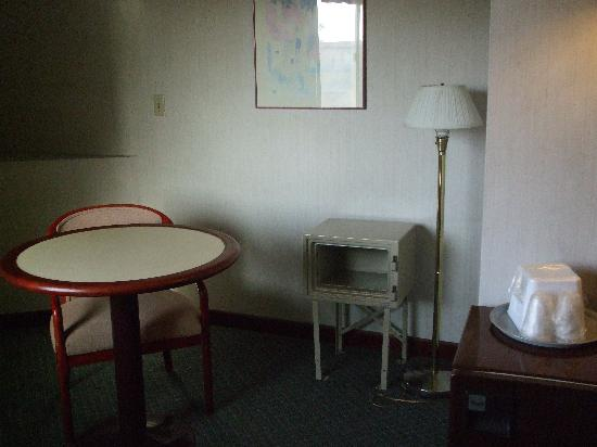 Metro Plaza Hotel: Living space, 1chair and hole in wall