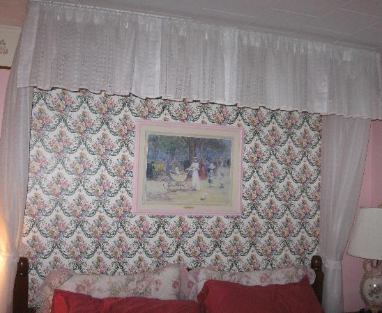 Kountry Living Bed and Breakfast : our fancy canopy!!