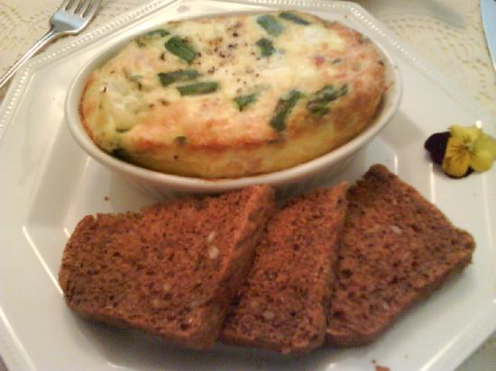 Silken Dreams Bed and Breakfast: asparagus blue cheese omelet