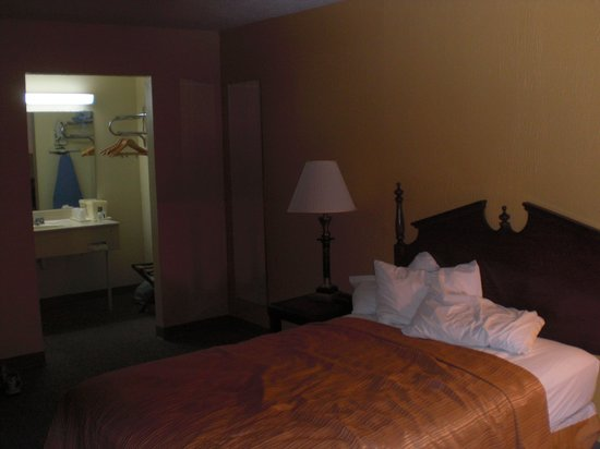 Econo Lodge Inn & Suites: The bed inside the Quality Inn