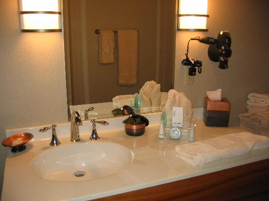 The Independent Hotel: Lots of counter space near the sink in this bathroom