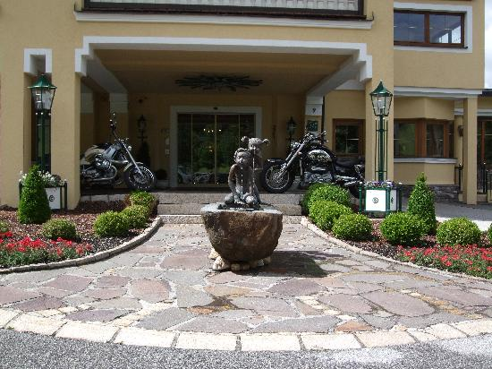 Der Wiesenhof: Entrance to hotel with the Entner's bikes!