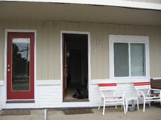 The Coast Village Inn & Cottages: Exterior of the room, Motel style in front of road.