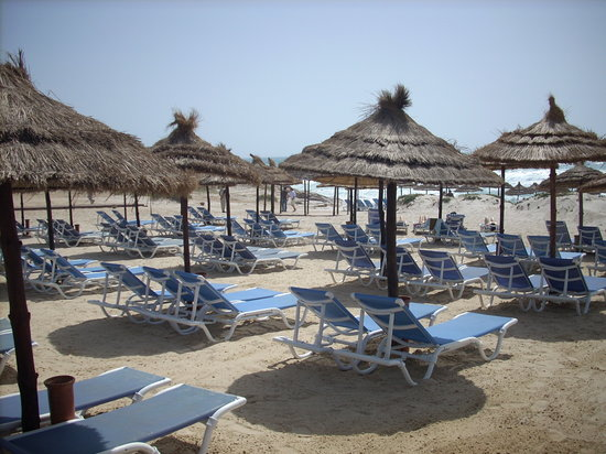 Cap-Bon Kelibia Beach Hotel & Spa: Lettini e ombrelloni in spiaggia