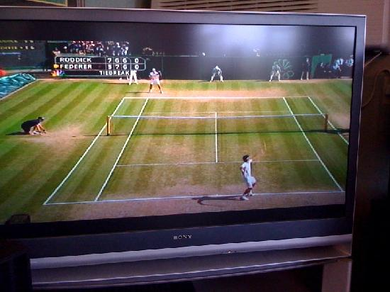 America's Best Inns & Suites New Florence: Watching Federer vs Roddick in the breakfast room :o)