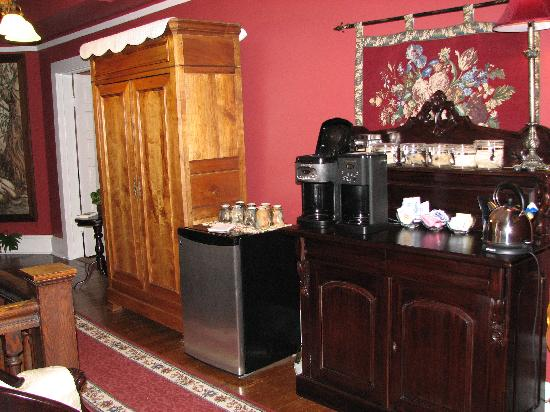 The Windover Inn Bed & Breakfast: Coffee & tea station at the Windover Inn